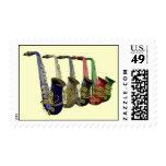 Cinco saxofones coloridos en una línea franqueo