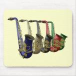 Cinco saxofones coloridos en una línea Mousepad Tapete De Ratón