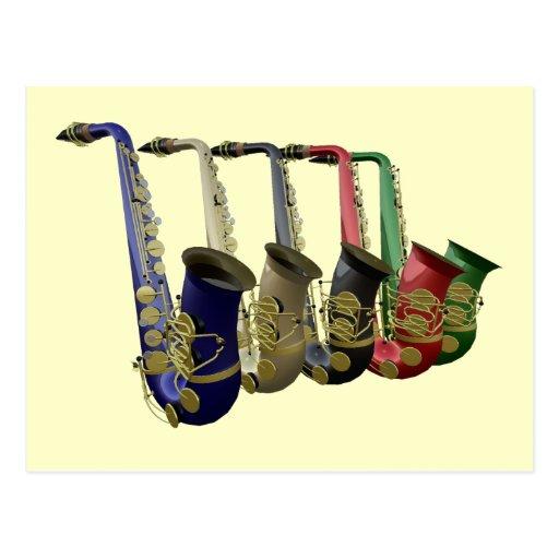 Cinco saxofones coloridos en una línea postal