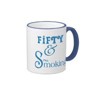Cincuenta y el fumar taza de café