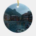 Cinque Terre en la oscuridad Ornamento De Navidad
