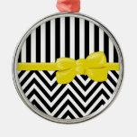 Cinta, arco, zigzag, rayas - amarillo blanco negro adorno navideño redondo de metal