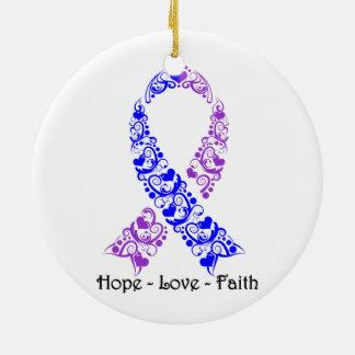 Cinta azul y púrpura de la esperanza de la adorno navideño redondo de cerámica