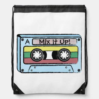 Cinta de casete dibujada mano del dibujo animado mochilas