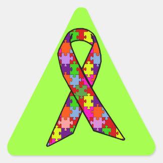 Cinta de la conciencia del autismo en modelo del pegatina triangular