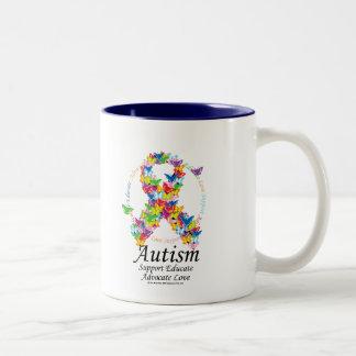 Cinta de la mariposa del autismo taza de café de dos colores