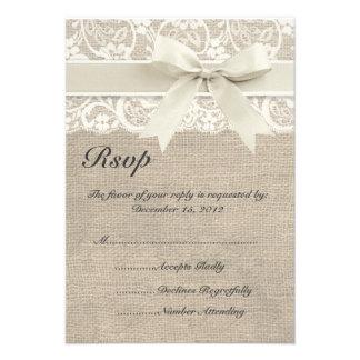 Cinta de marfil y arpillera del cordón que casan l invitacion personalizada