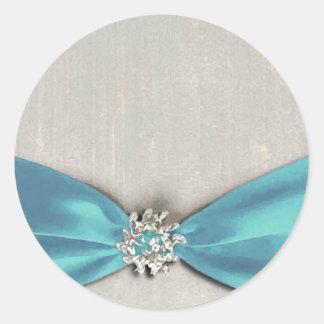 cinta de satén azul con la copia de la joya pegatina redonda