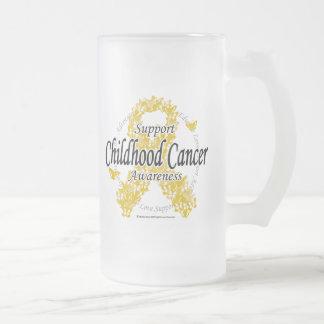 Cinta del cáncer de la niñez de mariposas taza de cristal