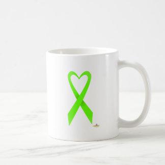 Cinta en forma de corazón de la conciencia de la v tazas de café