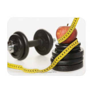 Cinta métrica, manzana, pesa de gimnasia y pesos imán flexible