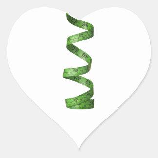 Cinta métrica verde el torcer en espiral pegatina en forma de corazón