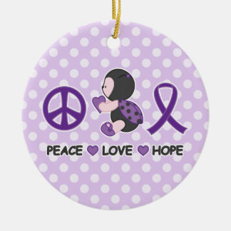 Cinta púrpura de la conciencia de la esperanza del adorno navideño redondo de cerámica
