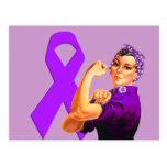 Cinta púrpura Rosie de la conciencia el remachador Postal