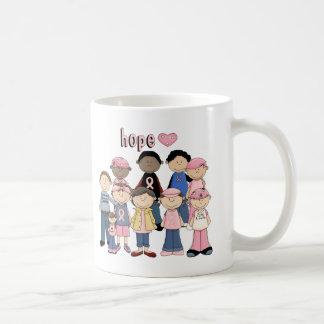 Cinta rosada de la esperanza taza básica blanca