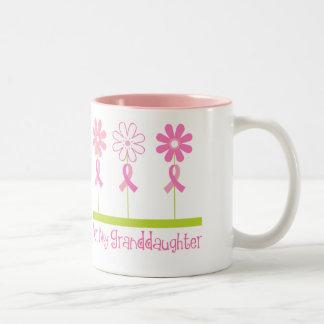 Cinta rosada para mi nieta taza de dos tonos