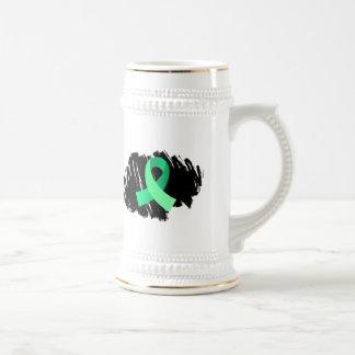 Cinta verde clara de la enfermedad celiaca con gar jarra de cerveza