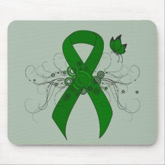 Cinta verde con la mariposa tapetes de ratón