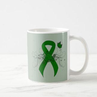 Cinta verde con la mariposa taza básica blanca