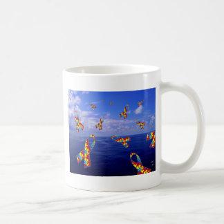 Cintas de la conciencia del autismo que conectan taza de café