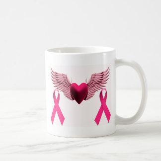 Cintas y corazón rosados del amor y de la ayuda taza