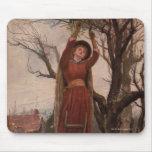 Circa 1820: Una mujer joven corta el muérdago Tapetes De Raton