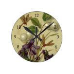 Circa 1881: Snowberries y violetas Reloj Redondo Mediano