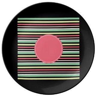Círculo azulverde de las rayas de la menta en plato de cerámica