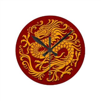 Círculo chino amarillo y rojo tradicional del drag reloj redondo mediano