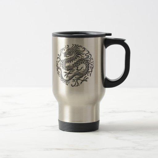Círculo chino gris tradicional del dragón taza