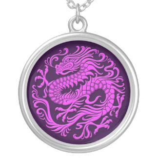 Círculo chino púrpura tradicional del dragón joyerias