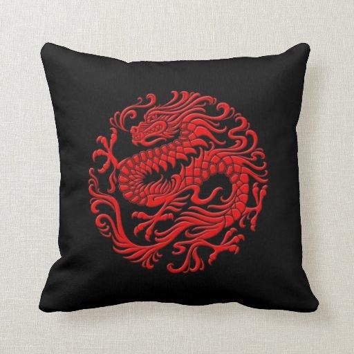 Círculo chino rojo y negro tradicional del dragón cojín