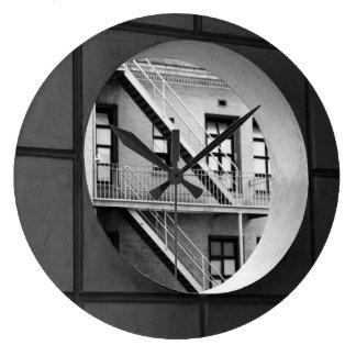 Círculo con la salida de incendios reloj redondo grande