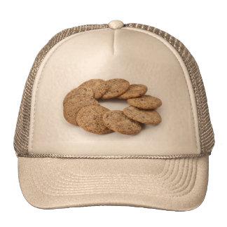 Círculo de galletas en un fondo blanco gorros bordados