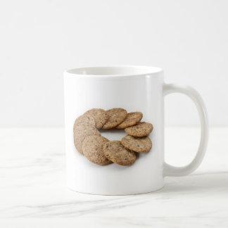 Círculo de galletas en un fondo blanco taza básica blanca