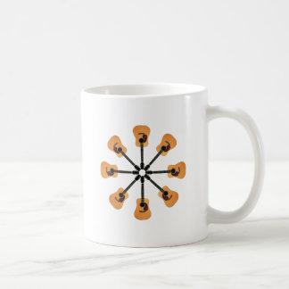 Círculo de guitarras acústicas taza de café