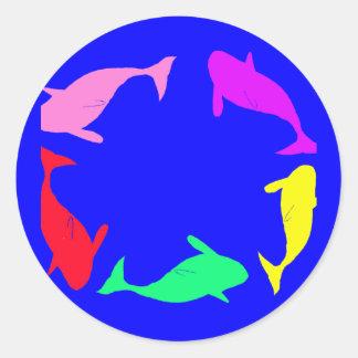 Círculo de la ballena en fondo del azul de océano etiquetas redondas