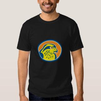 Círculo de la cabeza del halcón de peregrino retro playera