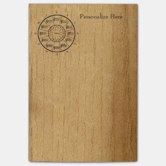 Círculo de las notas de los quintos en la madera post-it® nota