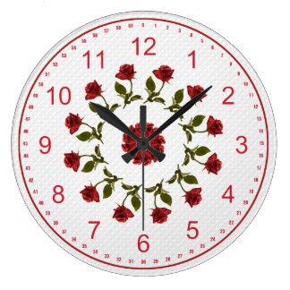Círculo floral de rosas rojos, modelo blanco del reloj redondo grande