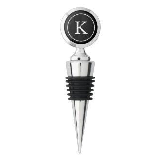 Círculo negro con la inicial blanca del monograma tapón para botellas de vino
