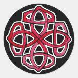 Círculo rojo de Knotwork del Celtic Pegatina Redonda