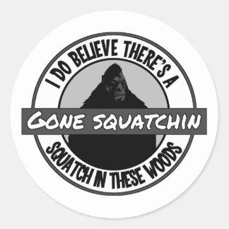 Círculo - Squatchin ido - Squatch en estas maderas Pegatina Redonda