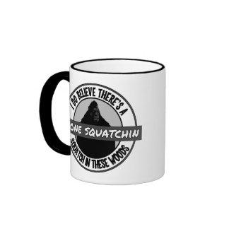 Círculo - Squatchin ido - Squatch en estas maderas Tazas De Café