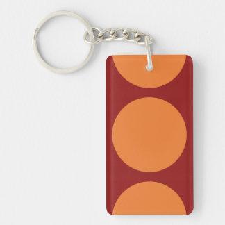Círculos anaranjados en rojo llavero rectangular acrílico a doble cara