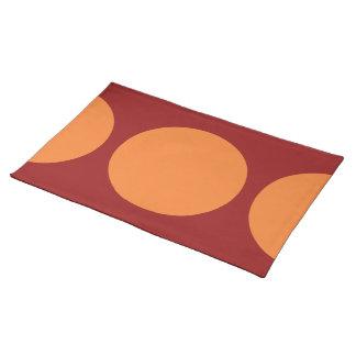 Círculos anaranjados en rojo mantel