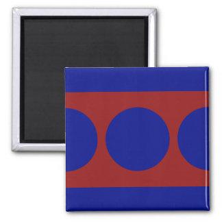 Círculos azules en rojo imán cuadrado
