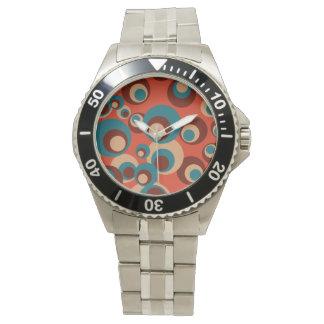 Círculos azules y marrones en un fondo rojo relojes de pulsera