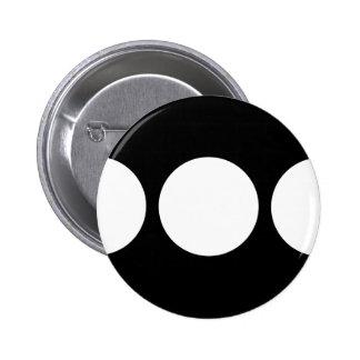 Círculos blancos en el botón negro pins