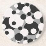 Círculos blancos y negros en los prácticos de cost posavasos manualidades
